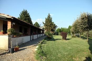l'affaccio dei mini appartamenti sul giardino nell'agriturismo in Toscana