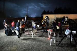 I telescopi degli astrofili durante le osservazioni notturne alla vacanza astronomica