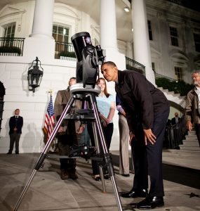 Barack Obama guarda al telescopio