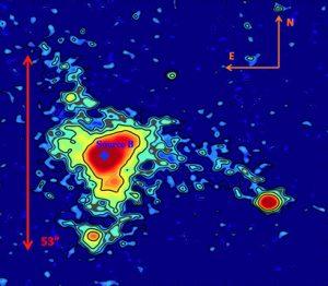 Questa immagine in falsi colori dell'ELAN MAMMOTH-1 indica forma e luminosità superficiale della nebulosa. Le frecce rosse mostrano la sua estensione spaziale. (Image credit: Astrophysical Journal)