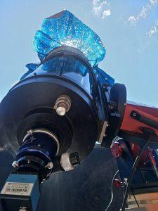 Il telescopio utilizzato per la ripresa, con la copertura anteriore in mylar riflettente per la protezione dai raggi solari.