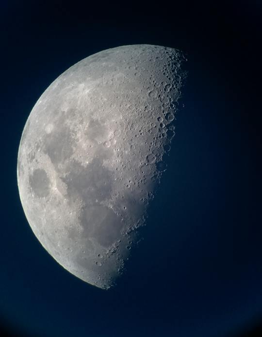 Appena montati e collimati i telescopi, rubiamo subito un ritratto della Luna con il cellulare. Foto di Simone Fantini.