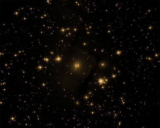 La galassia Cygnus A ripresa nell'ottico. Nonostante la potenza del telescopio, rimane un oggetto piuttosto insignificante. Questo non è dovuto solo alla distanza di oltre 700 milioni di anni luce, ma anche alla posizione vicina al piano galattico: polveri della Via Lattea oscurano pesantemente questo oggetto remoto.