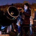 Non si resiste alla tentazione di scattare una foto ricordo alla Luna attraverso i telescopi!
