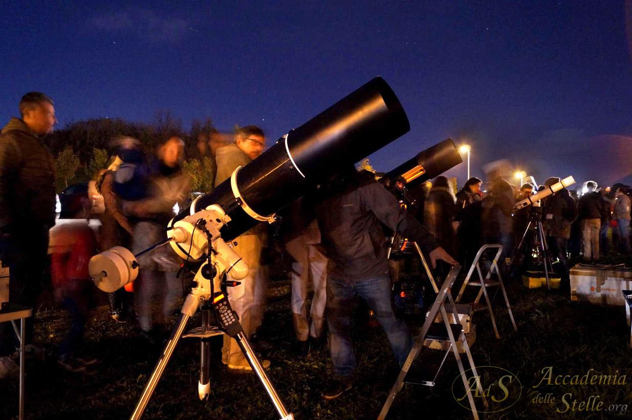 Una decina di potenti telescopi era dispiegata per mostrare la Luna e altre meraviglie del cielo.