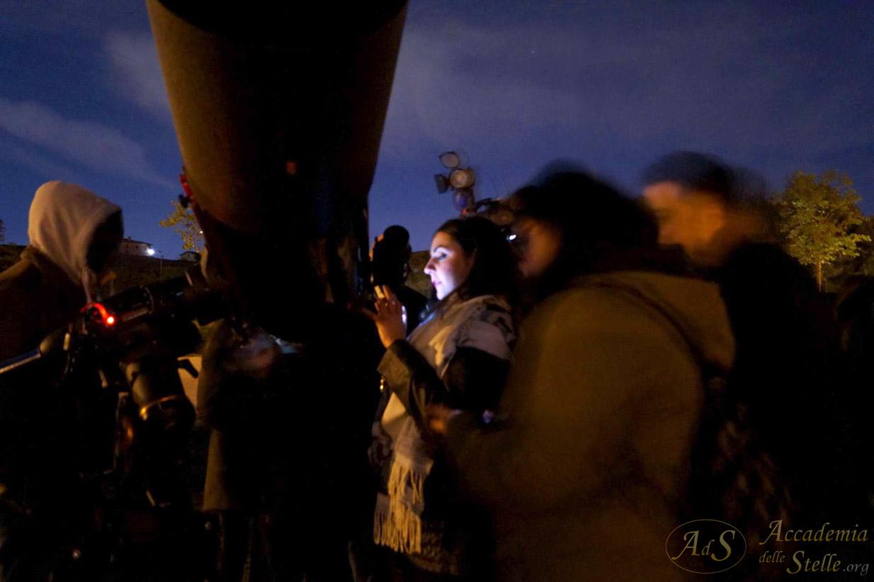 Si fotografa la Luna al telescopio con il cellulare