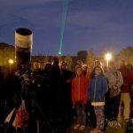 Si fanno le prime conoscenze celesti grazie ad un puntatore laser.