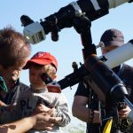 Moltissimi bambini hanno potuto osservare gli astri attraverso i nostri telescopi! Qui un bimbo osserva il Sole in H-alfa attraverso un telescopio solare Lunt da 8 centimetri.