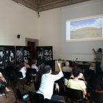 La scuola nella Sala della Fortuna del Museo di Villa Giulia con i relatori: Luca Attenni, Jacopo Cerasoni, Paolo Colona.
