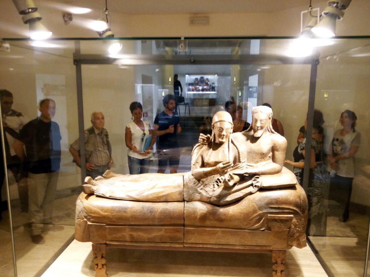I corsisti ascoltano le spiegazioni sul celebre Sarcofago degli Sposi nel Museo Nazionale Etrusco di Villa Giulia