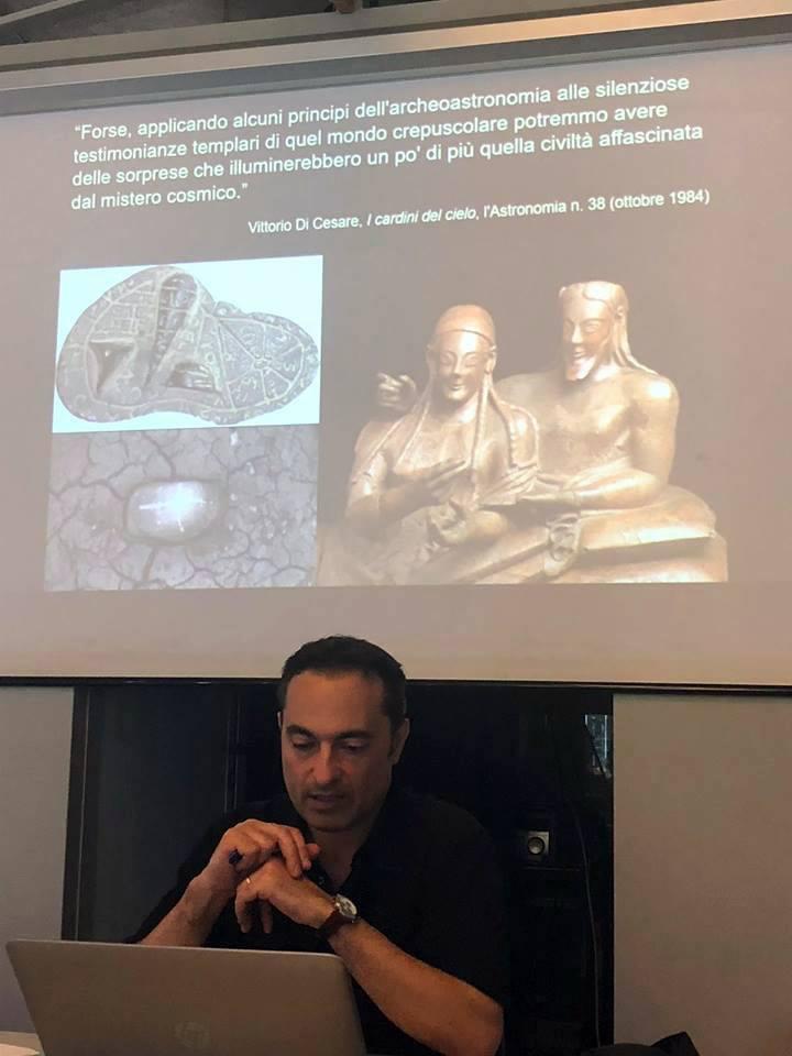 La complessa relazione degli Etruschi con il cielo è stata oggetto del primo intervento di Paolo Colona alla Scuola di Archeoastronomia 2018